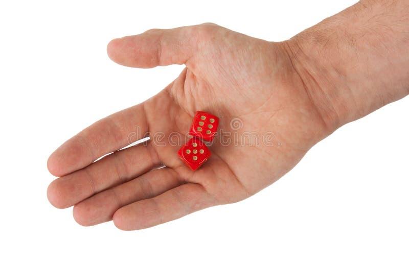 Die Hand, die Rot hält, würfelt lizenzfreies stockbild
