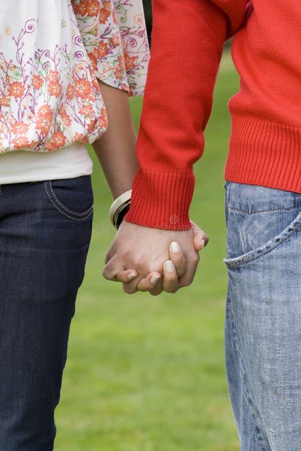 Die Hand eines jungen Paares lizenzfreie stockfotografie