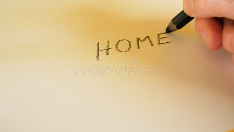 Die Hand eines Mannes schreibt die Wörter, die mit einem schwarzen Bleistift auf einen weißen Hintergrund, Gesamtlängenideal für  lizenzfreie stockbilder