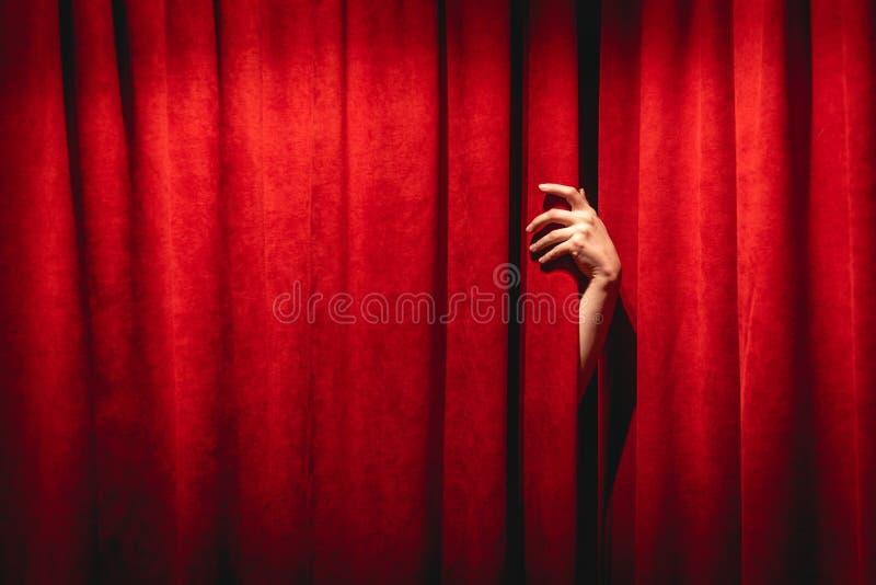 Die Hand am roten Vorhang Das Black Lodge-Konzept von Twin lizenzfreies stockfoto