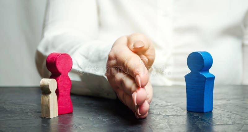 Die Hand trennt die Mutter mit dem Kind vom Vater Die Entscheidung des Gerichtes, das dem Wächter des Kindes steht lizenzfreies stockbild