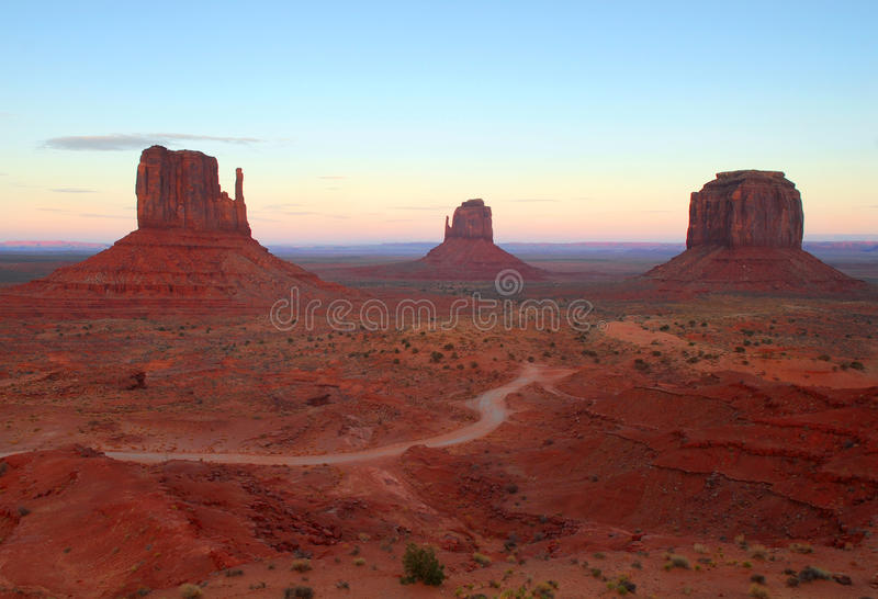 Die Handschuhe im Denkmal-Tal am Sonnenaufgang lizenzfreie stockfotografie