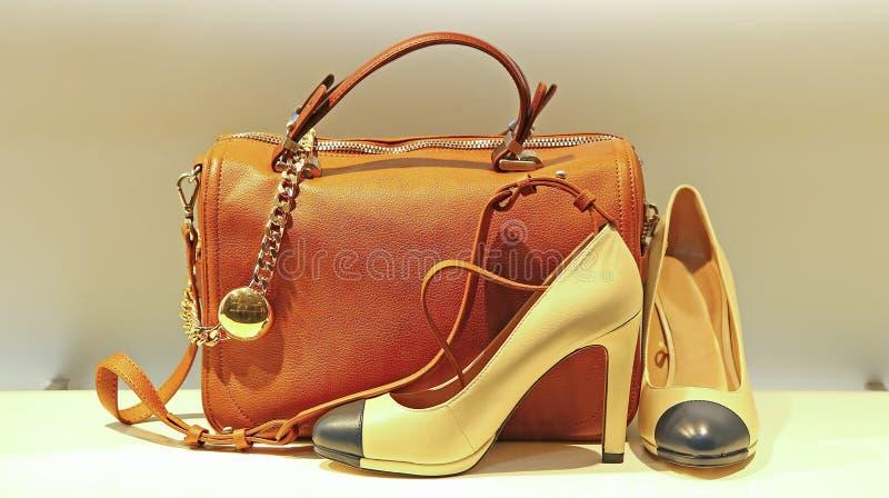 Die Handtaschen und die Schuhe der Frauen stockbilder