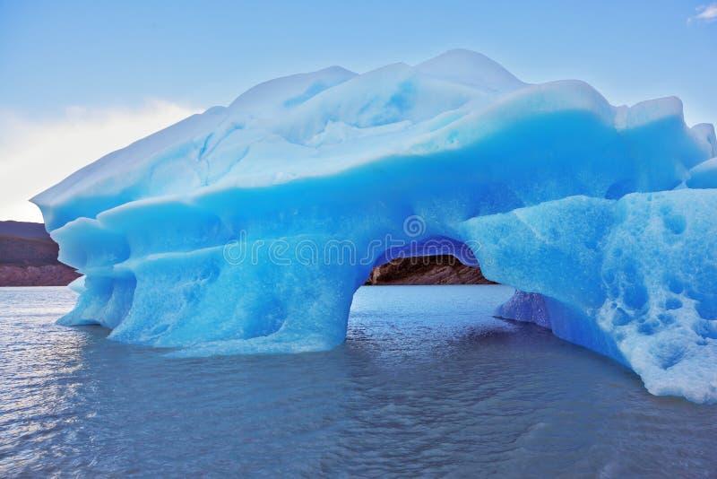 Die Harmonie des Eisbergs und des kalten Wassers lizenzfreies stockbild