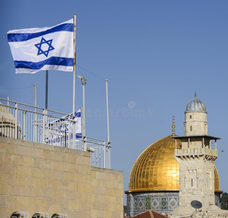 Die Haube des Felsens und eine Moschee mit einer israelischen Flagge, Jerusalem, Israel lizenzfreie stockfotografie