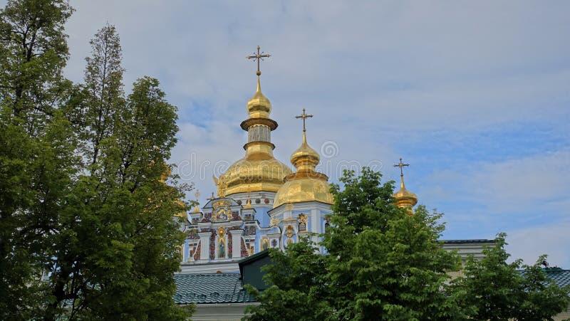Die Haube von der des St Michael Golden-gewölbten Kathedrale unter Bäumen stockbilder