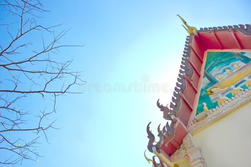 Die Haupthalle von Buddhismus im thailändischen Tempel- und Niederlassungsbaum und im blauen Himmel lizenzfreies stockbild