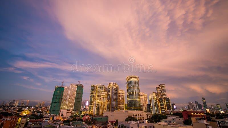 Die Hauptstadt der Philippinen ist Manila Makati Stadt Schöner Sonnenuntergang mit donnernd starken Wolken stockbilder