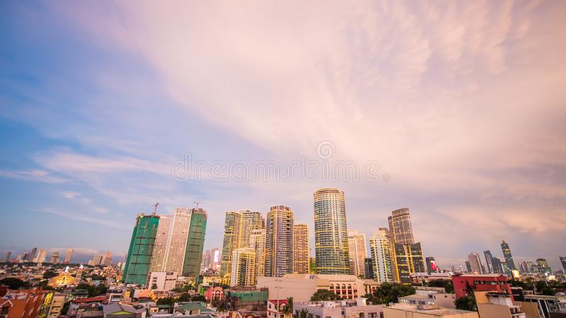 Die Hauptstadt der Philippinen ist Manila Makati Stadt Schöner Sonnenuntergang mit donnernd starken Wolken lizenzfreie stockfotos