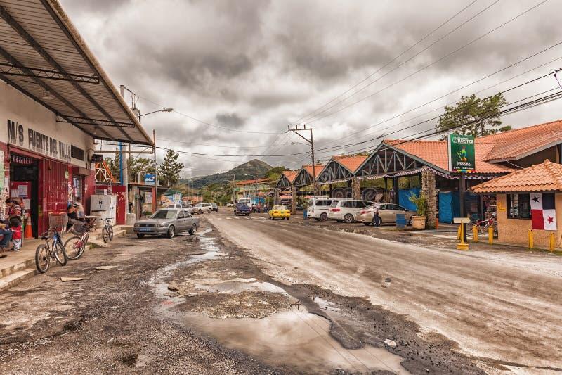 Die Hauptstraße mit der kleinen Markthalle in De Anton-Panama EL Valle stockfotos