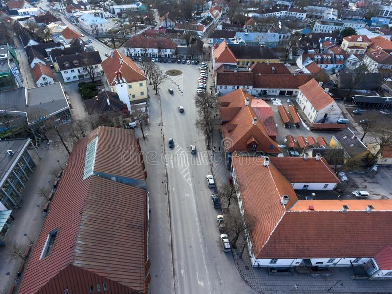 Die Hauptstraße und der zentrale Platz sind im Stadtzentrum Kuressaare, Saaremaa-Insel, Estland, Europa lizenzfreie stockfotografie