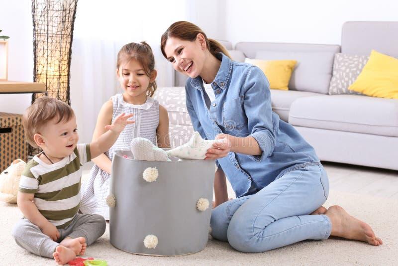 Die Hausfrau und Kinder, die aufheben, spielt lizenzfreie stockfotografie