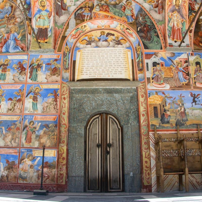 Die Haust?r der Kirche im Rila-Kloster, Bulgarien Religi?se Freskos auf den Bibelabhandlungen lizenzfreie stockfotos