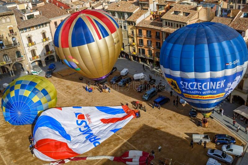 Die Heißluft steigt auf dem Hauptplatz der historischen spanischen Stadt von Vic, Spanien im Ballon auf lizenzfreies stockbild