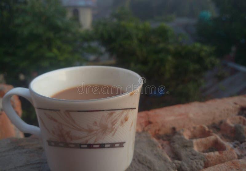 Die helle Teeschale mit einem heißen Getränk stockfotos