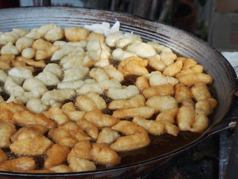 Die Herstellung des weißer Schwamm-Kuchens, PA Tong Go, Öl-Gebäck von B lizenzfreie stockfotografie