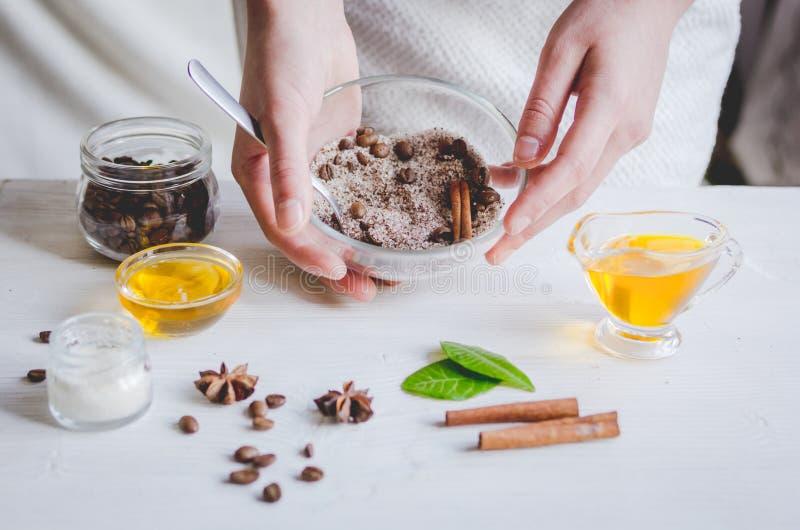 Die Herstellung organisch scheuert sich handgemacht zu Hause mit den Händen stockfoto