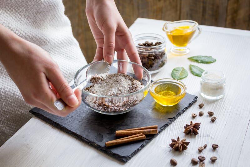 Die Herstellung organisch scheuert sich handgemacht zu Hause mit den Händen stockbild