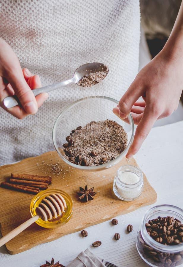 Die Herstellung organisch scheuert sich handgemacht zu Hause mit den Händen stockfotos
