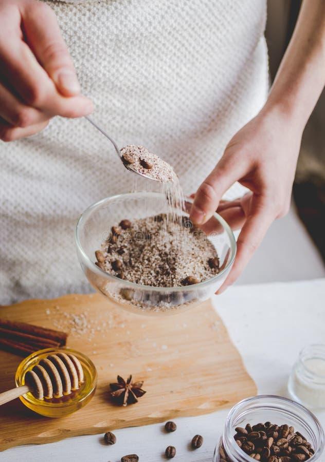 Die Herstellung organisch scheuert sich handgemacht zu Hause mit den Händen lizenzfreies stockfoto
