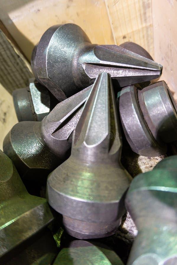 Die Herstellung von Schneidern für Reißwölfe liegt auf der Zeichnung, das Schneidwerkzeug für die maschinelle Bearbeitung von Gän stockbild