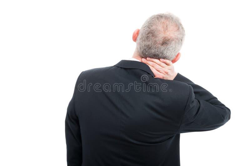 Die hintere Ansicht des Seniors seinen Hals halten mögen verletzen lizenzfreie stockfotos