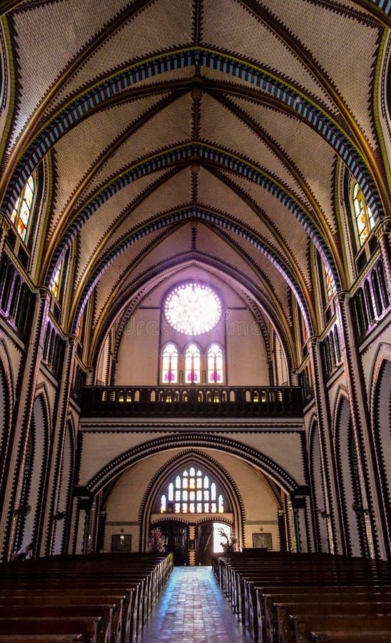 Die hintere Ansicht einer Kirchenkathedrale mit einem gewölbten Dach, hölzern stockbilder