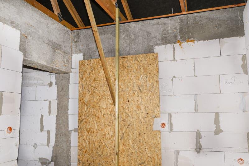 Die hintere Eingangstür des Hauses ist durch OSB gegen Einbruch geschützt stockfoto