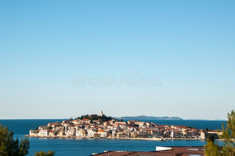 Die historische Mitte von Primosten-Stadt nahe adriatischem Meer stockfotos