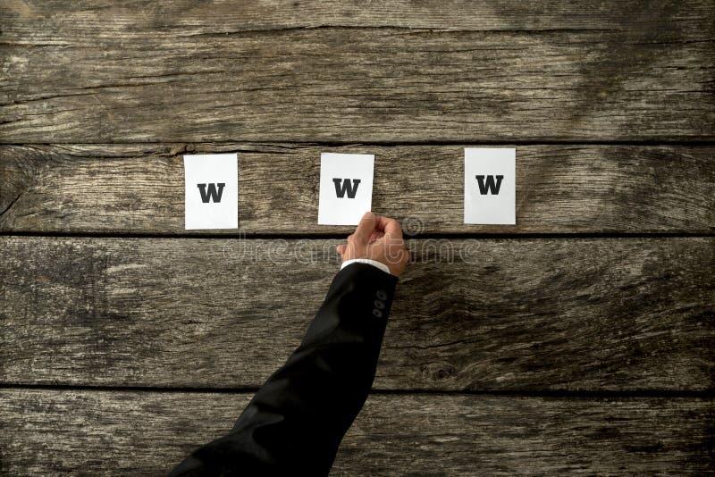 Die hohe Winkelsicht des Web-Entwicklers thre Weißbücher setzend buchstabieren stockbilder
