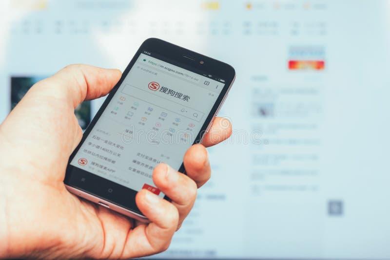 Die Homepage einer populären Website zur chinesischen Suchmaschine Sogou besessen durch Sohu auf dem Schirm des Xiaomi-Smartphone stockbild