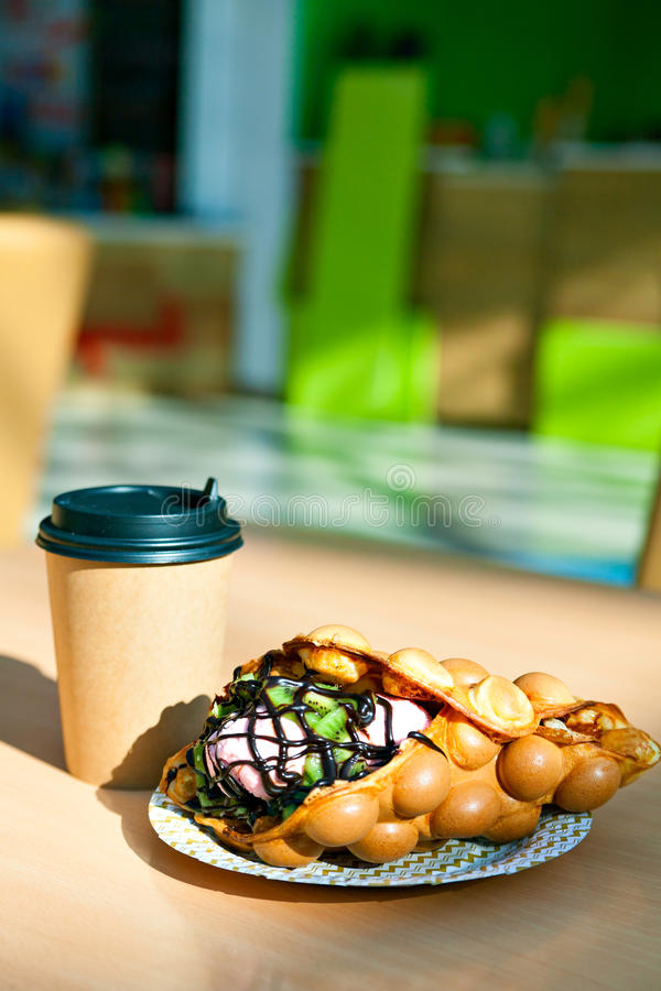 Die Hong Kong-Waffeln und Papierdie kaffeetasse lizenzfreies stockbild