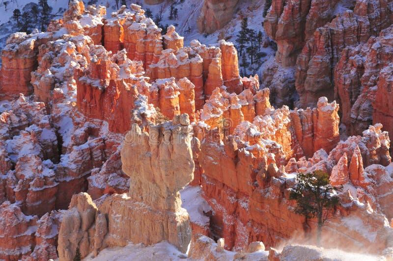 Berggipfel und Hoodoos mit Schnee lizenzfreie stockfotos