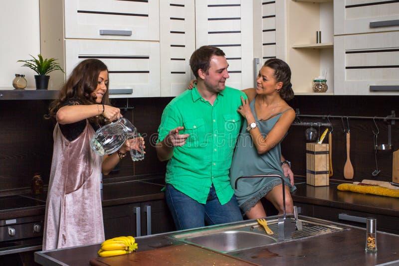 Die Hosteß bietet Gästen ein Glas Wasser in der Küche an lizenzfreie stockfotografie