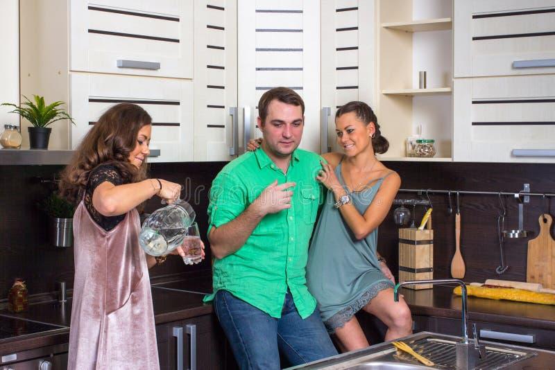 Die Hosteß bietet Gästen ein Glas Wasser in der Küche an lizenzfreies stockbild