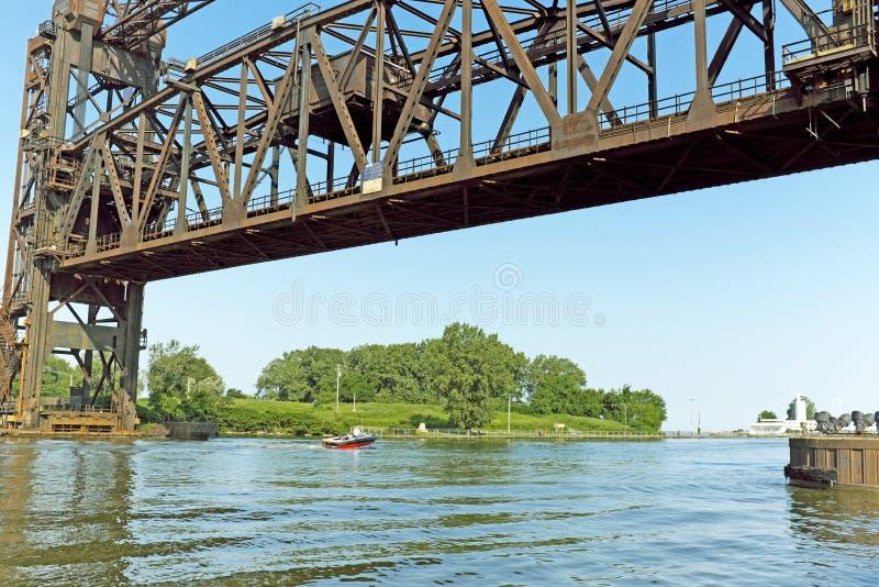 Die Hubbrücke NS1, die den Cuyahoga-Fluss überspannt, ist in Cleveland, Ohio, USA umstritten geworden stockfoto