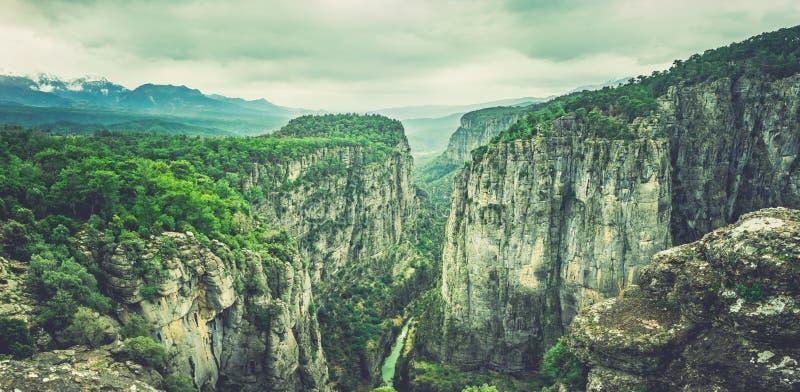 Die idyllische nebelige Gebirgs- und Naturlandschaft von der Ansicht alter Stadt Cadianda Kadyanda nahe Fethiye, Mugla, die Türke stockbild