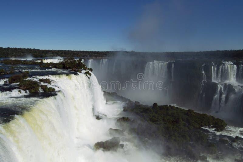 Die Iguaçu-Wasserfälle an einem hellen sonnigen Tag stockfotografie