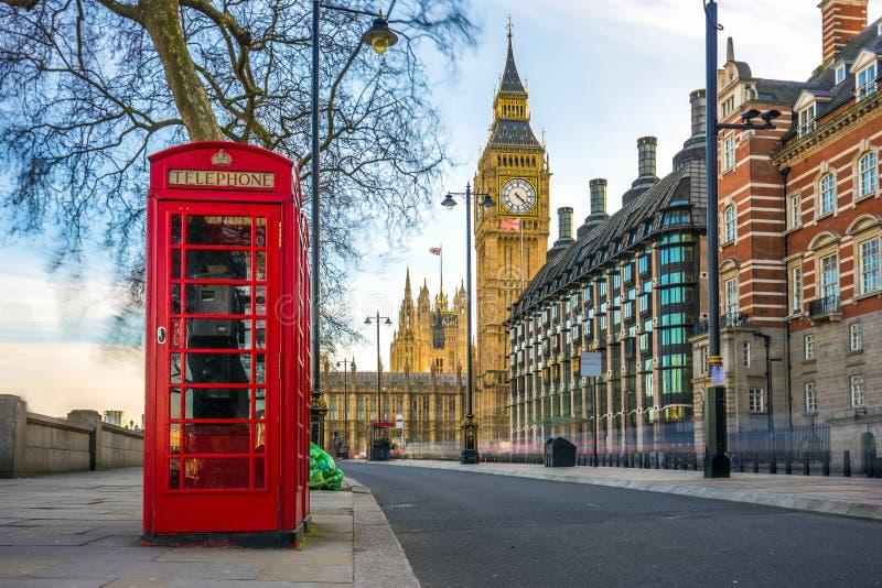 Die ikonenhafte britische alte rote Telefonzelle mit Big Ben, London stockbilder