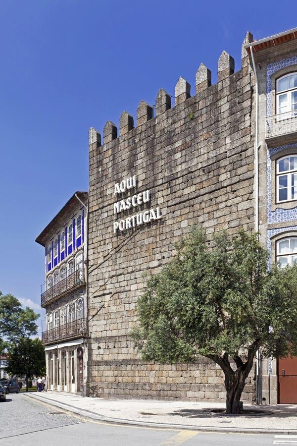 Die ikonenhafte Guimaraes-Schloss-Wand mit der Aufschrift Aqui Nasceu Portugal lizenzfreies stockbild