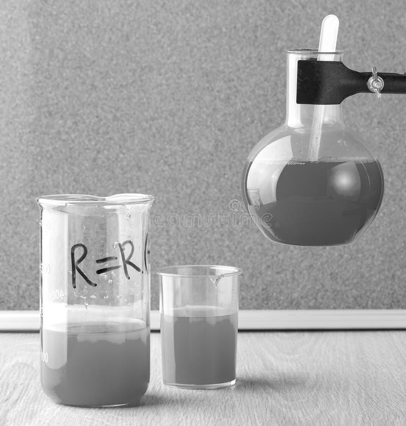 Die im altem Stil Reagenzgläser und die Glasflasche im Chemielabor stockfoto