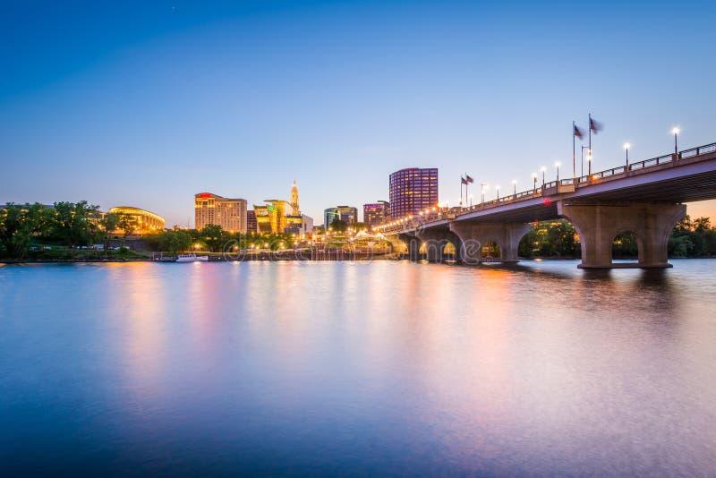 Die im Stadtzentrum gelegene Skyline und des Gründers Brücke bei Sonnenuntergang, in Hartford lizenzfreie stockfotos