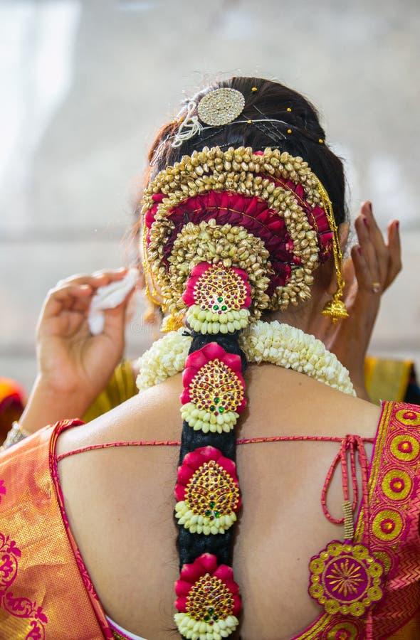 Die indische Braut, die fertig wird und Haar tut, bilden und Schmuck lizenzfreies stockfoto