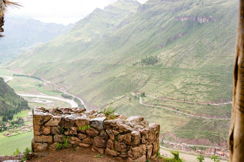 Die Inkaruinen von Pisac mit seinen terassenförmig angelegten Feldern nahe der Stadt von Cusco, Peru stockbilder