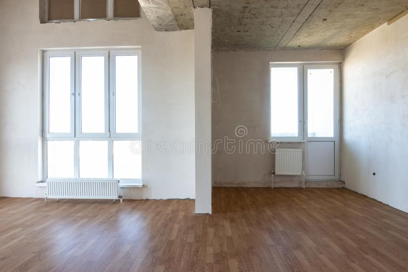 Die Inneneinrichtung des leeren Raums mit feinem Dekor und Parkettboden. lizenzfreie stockbilder