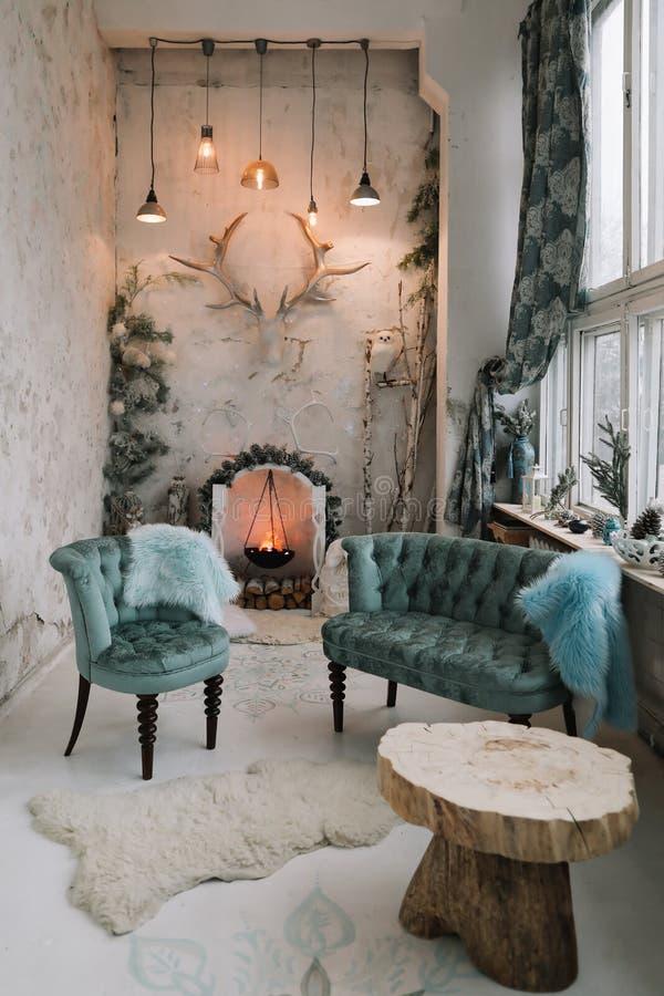 Die Inneneinrichtung ist klassisch und zu Weihnachten dekoriert Künstlicher Kamin Stilminimalistisch eingerichteter, weißer Wohnr lizenzfreie stockfotografie