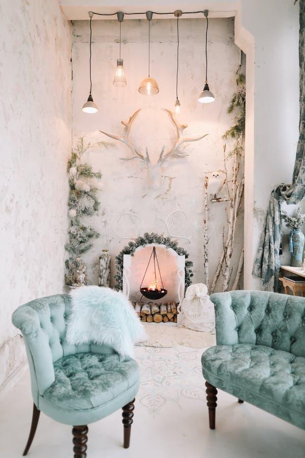 Die Inneneinrichtung ist klassisch und zu Weihnachten dekoriert Künstlicher Kamin Stilminimalistisch eingerichteter, weißer Wohnr lizenzfreies stockfoto