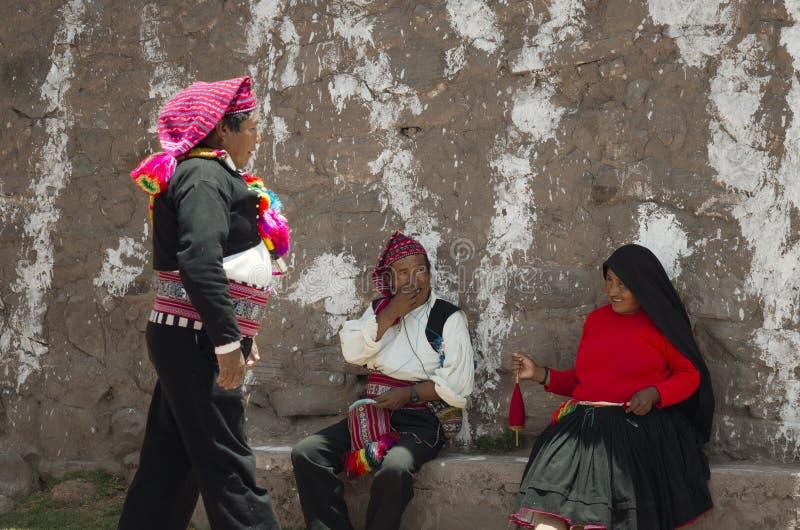 Die Insel Bürgermeisters Of Taquile, die lokale Leute grüßt stockfoto