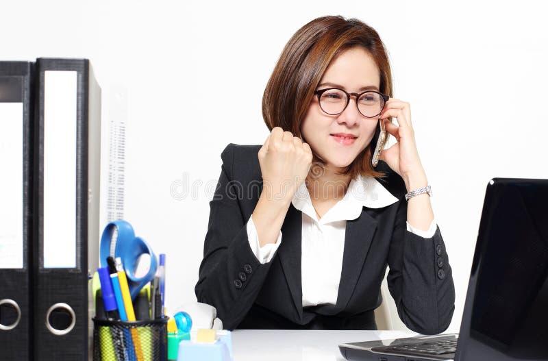 Die intelligente Geschäftsfrau, die froh fungieren und Erfolg mit ihrem Zielkunden stockfotografie