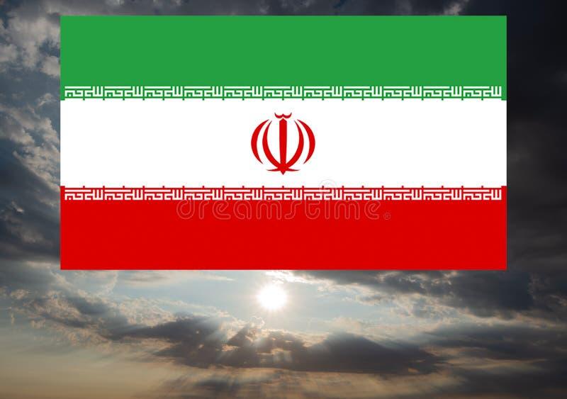 Die iranische Flagge gegen Donnerwolken stockbild